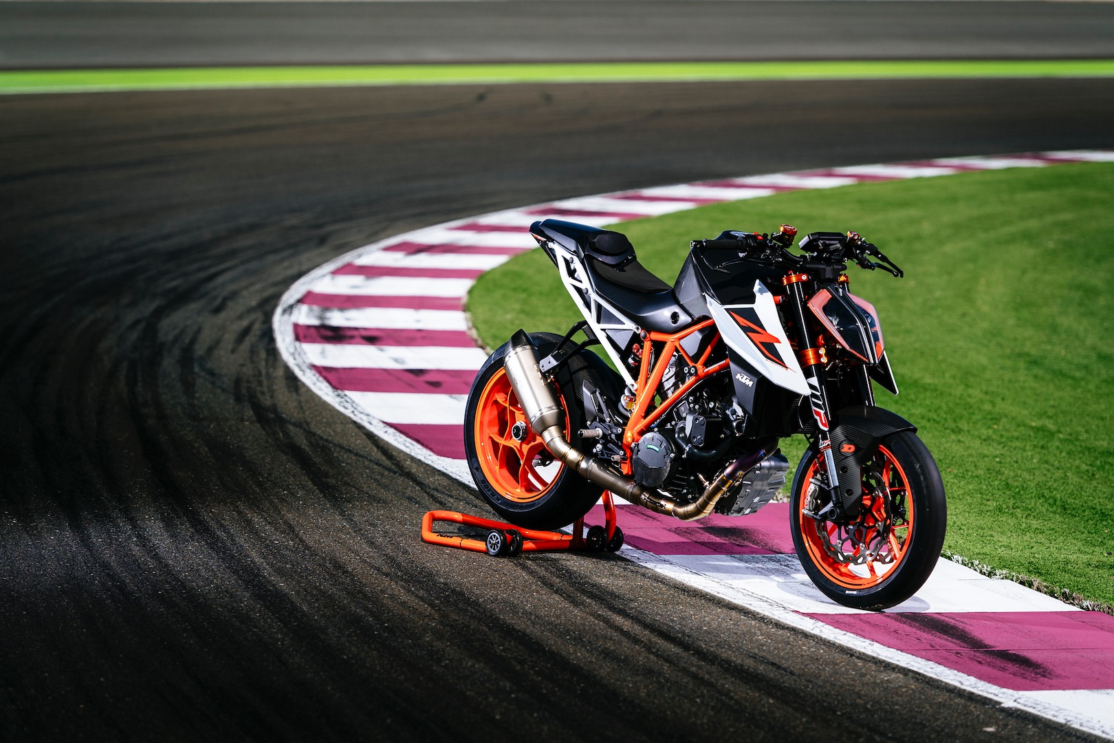 2017 ktm 1290 super duke r with race kit review weaponized. Black Bedroom Furniture Sets. Home Design Ideas