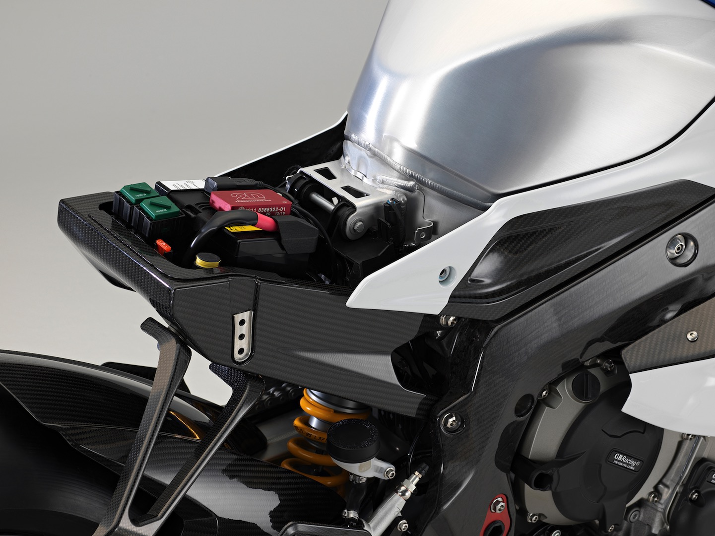 BMW HP4 Race Test - carbon fiber
