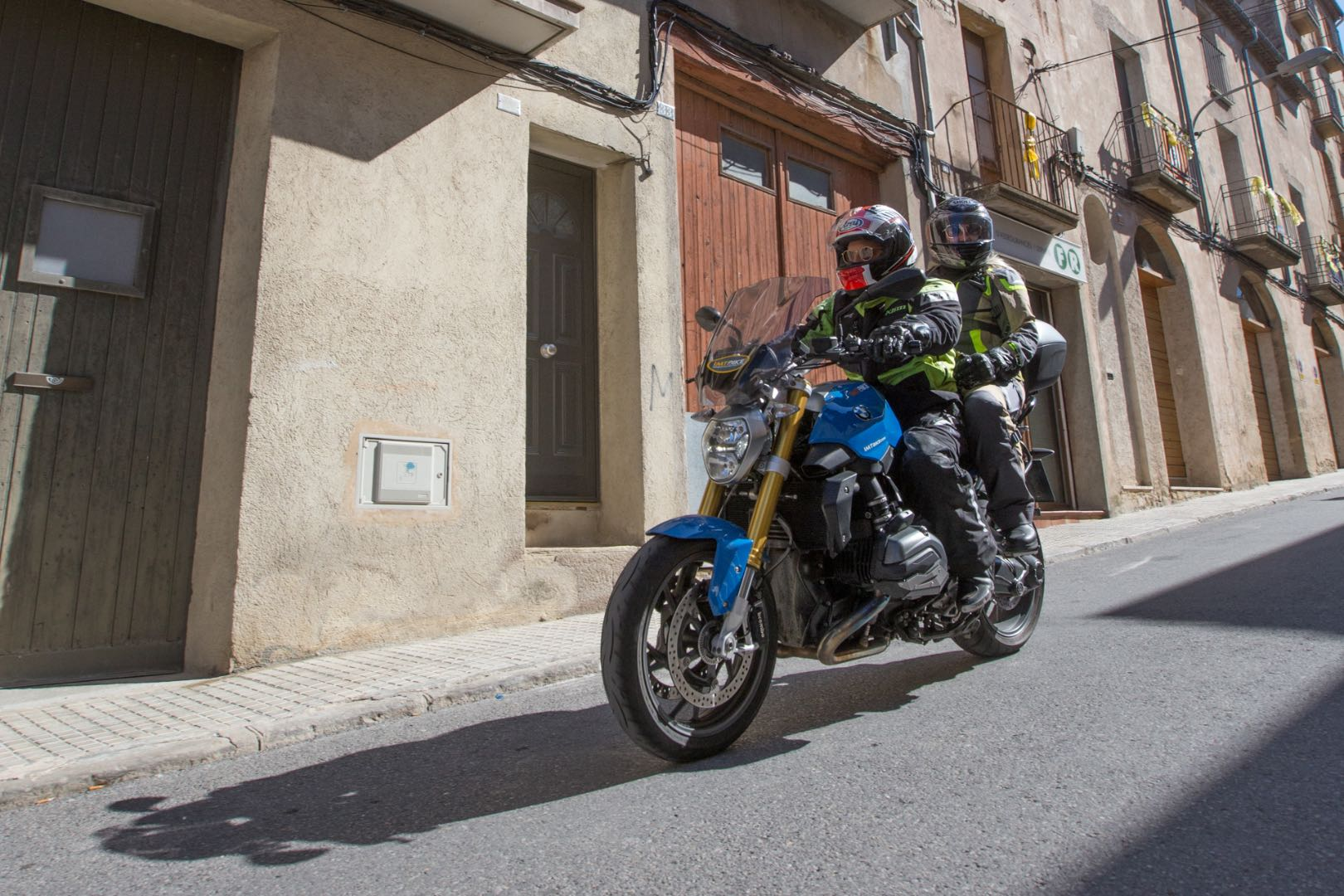 "Leod Escapes Pyrenees to Aragón ""Track & Tour"" passenger on street"