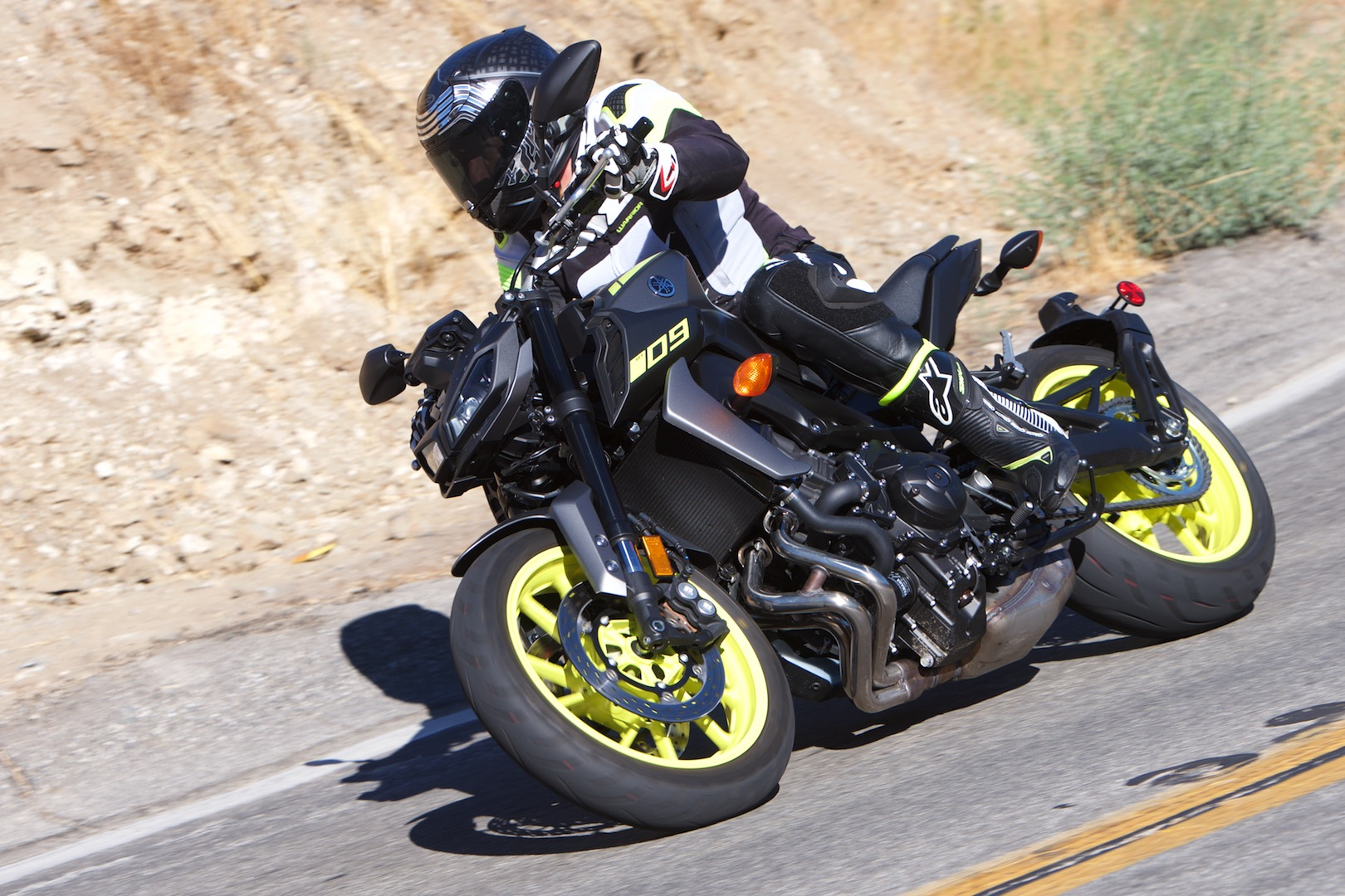 2018 yamaha mt 09 review 14 fast facts. Black Bedroom Furniture Sets. Home Design Ideas