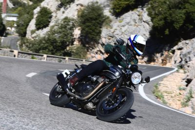 2019 Triumph Speed Twin Review - action s-turns